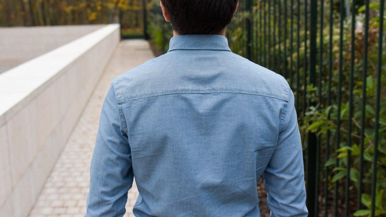homme chemise dos