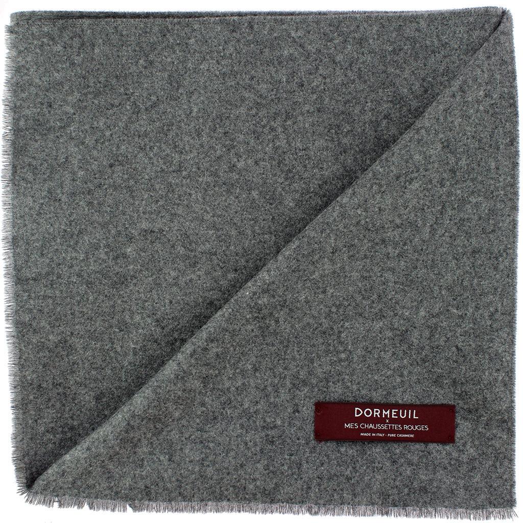 echarpe-gris-clair-dormeuil-et-mes-chaussettes-rouges