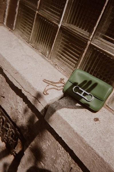 Simplify and organize your life by choosing a mini handbag.