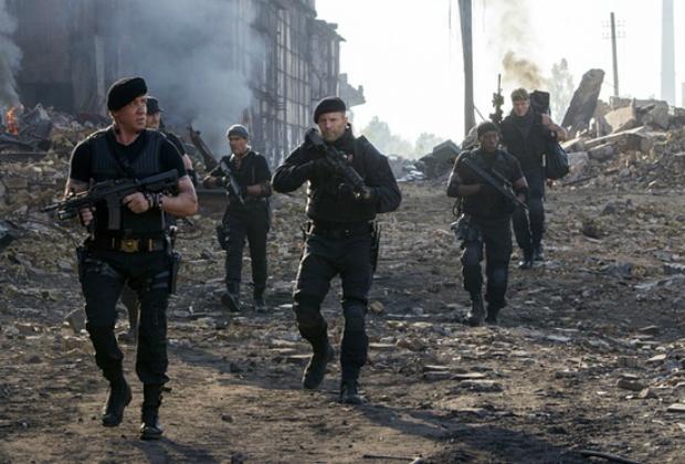 Sylvester Stallone, Antonio Banderas, Jason Statham, Wesley Snipes ve Dolph Lundgren; The Expendables 3 (2014). Fotoğraf: Allstar/Millennium Films
