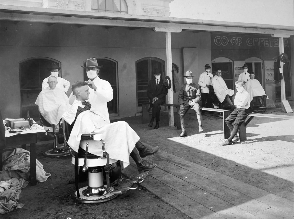 Açık havada bir berber dükkanı. Berkeley, California, 1919. Fotoğraf: National Archives.