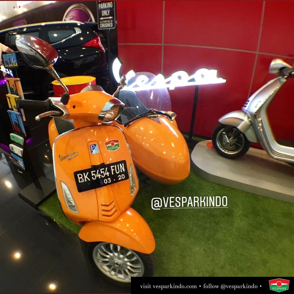 Vespa Sprint sidecar and Vespa 946 Bellissima