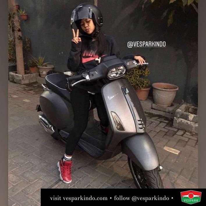 Vespa girl with Vespa Sprint @moventhusiast