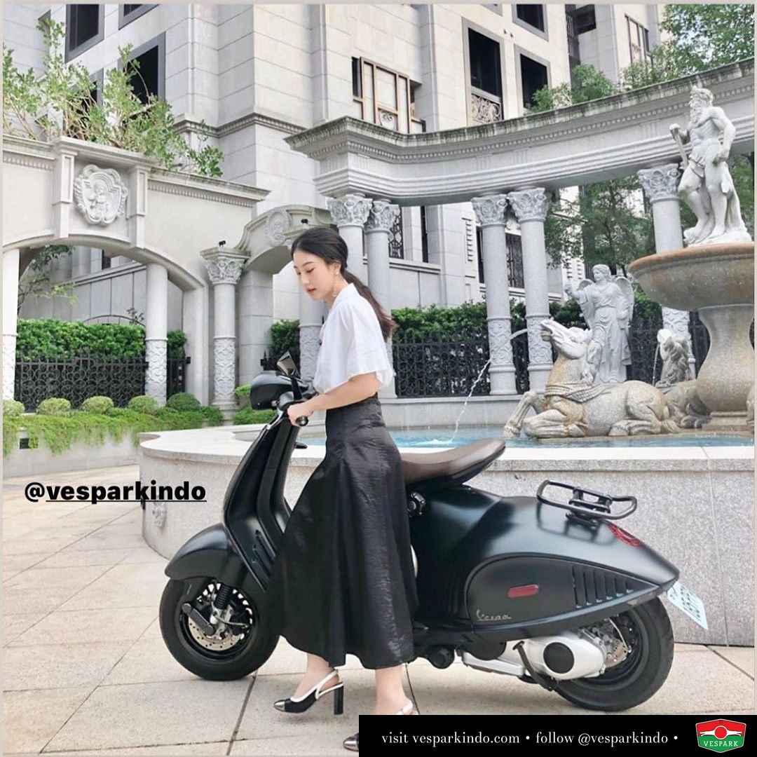 Elegance and style with Vespa girl and Vespa 946 Emporio Armani @ingridsflower
