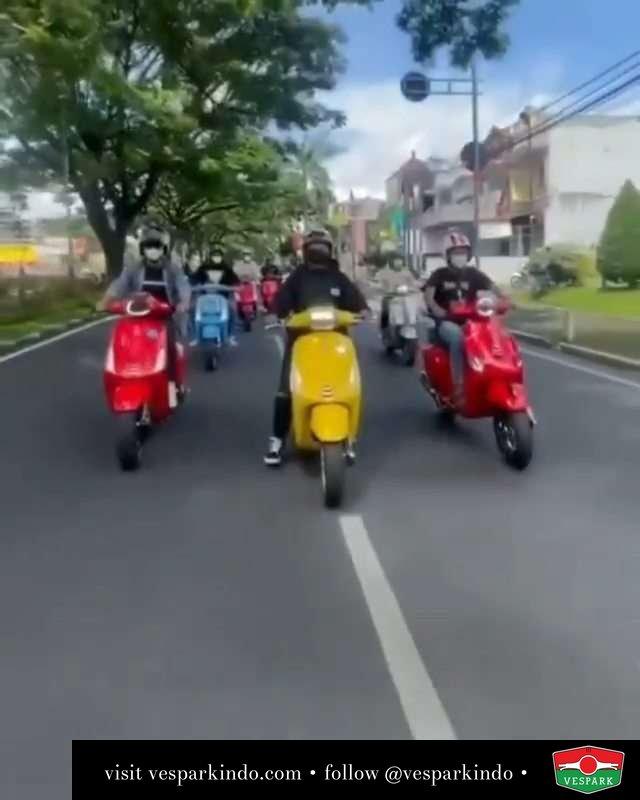 Colorful Ride, Colorful life  Live More Ride Vespa Saatnya anda miliki scooter matic legendaris Vespa!  Tersedia penawaran leasing/kredit menarik untuk semua tipe Vespa. Cek info di web, link di bio  Hubungi dealer resmi Vespark Piaggio Vespa Medan Sumut @vesparkindo untuk pesanan Medan, Aceh, Riau dan Sumut Dealer tetap buka selama liburan silakan WA 0815-21-595959 untuk appointment, jam buka dan DM utk brosur terbaru  Kunjungi: VESPARK: Piaggio Vespa 3S ShowPark Jln Prof HM Yamin No.16A (simpang Jln Jawa)  Medan Telp. 061-456-5454 Cek IG @vesparkindo   @vespa_modification_style @lahsihakimm