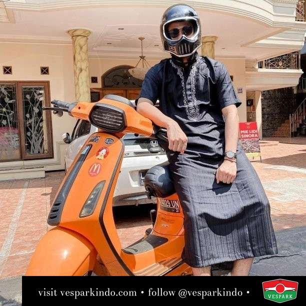 Jumatan dengan Vespa  Live More Ride Vespa Saatnya anda miliki scooter matic legendaris Vespa!  Geser untuk lihat genuine aksesoris Vespa @vesparkindo dan lihat sorotan utk paket promo aksesoris   Tersedia penawaran leasing/kredit menarik untuk semua tipe Vespa. Cek info di web, link di bio  Hubungi dealer resmi Vespark Piaggio Vespa Medan Sumut @vesparkindo untuk pesanan Medan, Aceh, Riau dan Sumut Dealer tetap buka selama liburan silakan WA 0815-21-595959 untuk appointment, jam buka dan DM utk brosur terbaru  Kunjungi: VESPARK: Piaggio Vespa 3S ShowPark Jln Prof HM Yamin No.16A (simpang Jln Jawa)  Medan Telp. 061-456-5454 Cek IG @vesparkindo   @candraadi_g