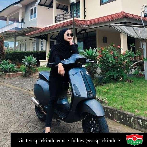 Live simple, ride Vespa  Live More Ride Vespa Saatnya anda miliki scooter matic legendaris Vespa!  Geser untuk lihat genuine aksesoris Vespa @vesparkindo dan lihat sorotan utk paket promo aksesoris   Tersedia penawaran leasing/kredit menarik untuk semua tipe Vespa. Cek info di web, link di bio  Hubungi dealer resmi Vespark Piaggio Vespa Medan Sumut @vesparkindo untuk pesanan Medan, Aceh, Riau dan Sumut Dealer tetap buka selama liburan silakan WA 0815-21-595959 untuk appointment, jam buka dan DM utk brosur terbaru  Kunjungi: VESPARK: Piaggio Vespa 3S ShowPark Jln Prof HM Yamin No.16A (simpang Jln Jawa)  Medan Telp. 061-456-5454 Cek IG @vesparkindo   @emiralamidwip_