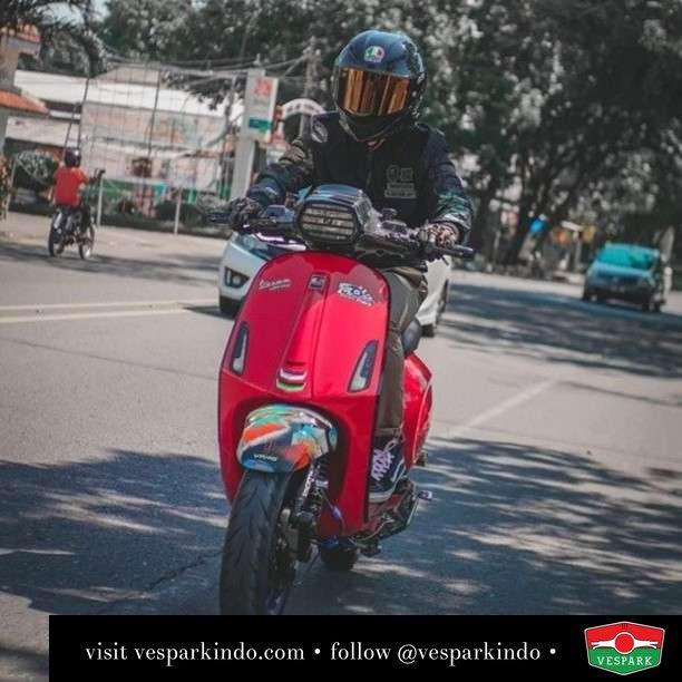 No day without Vespa  Live More Ride Vespa Saatnya anda miliki scooter matic legendaris Vespa!  Geser untuk lihat genuine aksesoris Vespa @vesparkindo dan lihat sorotan utk paket promo aksesoris   Tersedia penawaran leasing/kredit menarik untuk semua tipe Vespa. Cek info di web, link di bio  Hubungi dealer resmi Vespark Piaggio Vespa Medan Sumut @vesparkindo untuk pesanan Medan, Aceh, Riau dan Sumut Dealer tetap buka selama liburan silakan WA 0815-21-595959 untuk appointment, jam buka dan DM utk brosur terbaru  Kunjungi: VESPARK: Piaggio Vespa 3S ShowPark Jln Prof HM Yamin No.16A (simpang Jln Jawa)  Medan Telp. 061-456-5454 Cek IG @vesparkindo   feature @punpunxsayna