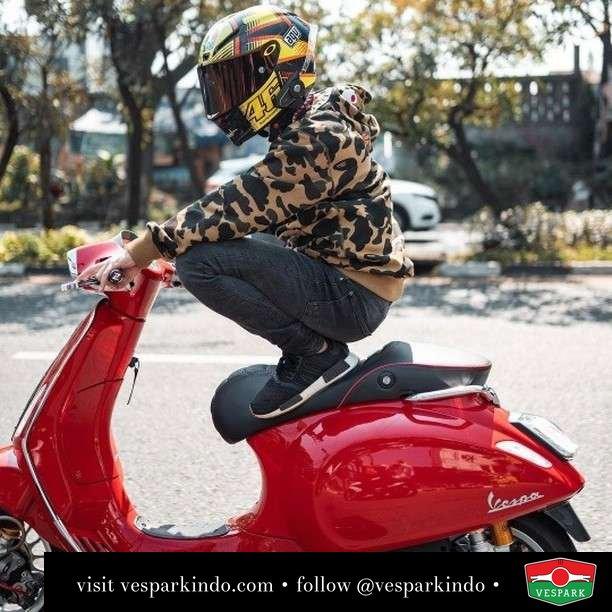 Nongkrong PPKM dengan Vespa Sprint red  Live More Ride Vespa Saatnya anda miliki scooter matic legendaris Vespa!  Geser untuk lihat genuine aksesoris Vespa @vesparkindo dan lihat sorotan utk paket promo aksesoris   Tersedia penawaran leasing/kredit menarik untuk semua tipe Vespa. Cek info di web, link di bio  Hubungi dealer resmi Vespark Piaggio Vespa Medan Sumut @vesparkindo untuk pesanan Medan, Aceh, Riau dan Sumut Dealer tetap buka selama liburan silakan WA 0815-21-595959 untuk appointment, jam buka dan DM utk brosur terbaru  Kunjungi: VESPARK: Piaggio Vespa 3S ShowPark Jln Prof HM Yamin No.16A (simpang Jln Jawa)  Medan Telp. 061-456-5454 Cek IG @vesparkindo   feature @alfinferdiansyahhh