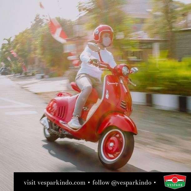 Red riding 946  Live More Ride Vespa Saatnya anda miliki scooter matic legendaris Vespa!  Geser untuk lihat genuine aksesoris Vespa @vesparkindo dan lihat sorotan utk paket promo aksesoris   Tersedia penawaran leasing/kredit menarik untuk semua tipe Vespa. Cek info di web, link di bio  Hubungi dealer resmi Vespark Piaggio Vespa Medan Sumut @vesparkindo untuk pesanan Medan, Aceh, Riau dan Sumut Dealer tetap buka selama liburan silakan WA 0815-21-595959 untuk appointment, jam buka dan DM utk brosur terbaru  Kunjungi: VESPARK: Piaggio Vespa 3S ShowPark Jln Prof HM Yamin No.16A (simpang Jln Jawa)  Medan Telp. 061-456-5454 Cek IG @vesparkindo   feature @andreasstanley