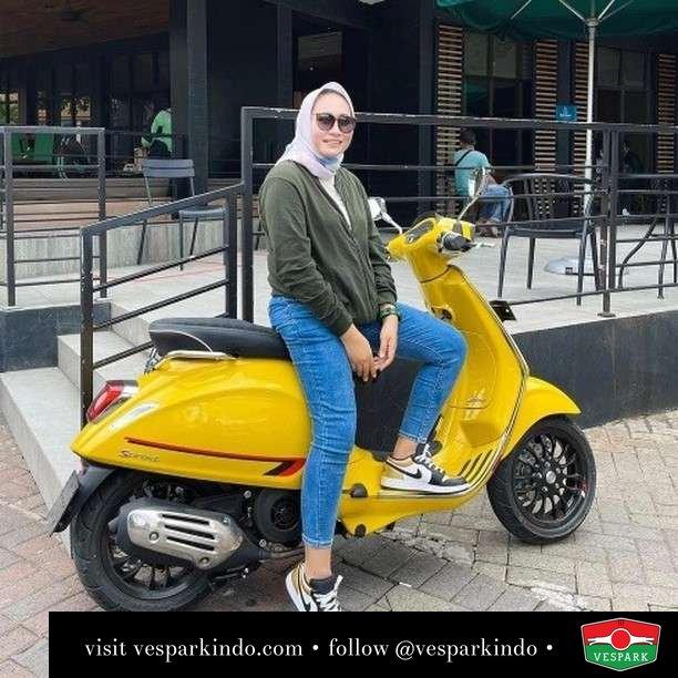 Ride yellow  Live More Ride Vespa Saatnya anda miliki scooter matic legendaris Vespa!  Geser untuk lihat genuine aksesoris Vespa @vesparkindo dan lihat sorotan utk paket promo aksesoris   Tersedia penawaran leasing/kredit menarik untuk semua tipe Vespa. Cek info di web, link di bio  Hubungi dealer resmi Vespark Piaggio Vespa Medan Sumut @vesparkindo untuk pesanan Medan, Aceh, Riau dan Sumut Dealer tetap buka selama liburan silakan WA 0815-21-595959 untuk appointment, jam buka dan DM utk brosur terbaru  Kunjungi: VESPARK: Piaggio Vespa 3S ShowPark Jln Prof HM Yamin No.16A (simpang Jln Jawa)  Medan Telp. 061-456-5454 Cek IG @vesparkindo   @mrs.diah_kartika