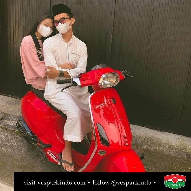 Couple goals Vespa Sprint   Live More Ride Vespa Saatnya anda miliki scooter matic legendaris Vespa!  Geser untuk lihat genuine aksesoris Vespa @vesparkindo dan lihat sorotan utk paket promo aksesoris   Tersedia penawaran leasing/kredit menarik untuk semua tipe Vespa. Cek info di web, link di bio  Hubungi dealer resmi Vespark Piaggio Vespa Medan Sumut @vesparkindo untuk pesanan Medan, Aceh, Riau dan Sumut Dealer tetap buka selama liburan silakan WA 0815-21-595959 untuk appointment, jam buka dan DM utk brosur terbaru  Kunjungi: VESPARK: Piaggio Vespa 3S ShowPark Jln Prof HM Yamin No.16A (simpang Jln Jawa)  Medan Telp. 061-456-5454 Cek IG @vesparkindo   feature @chikarasusanto