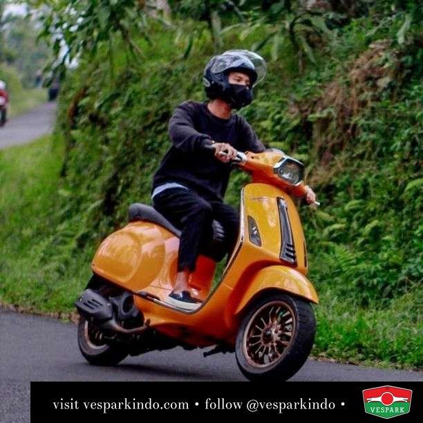 Orange Vespa Sprint   Live More Ride Vespa Saatnya anda miliki scooter matic legendaris Vespa!  Geser untuk lihat genuine aksesoris Vespa @vesparkindo dan lihat sorotan utk paket promo aksesoris   Tersedia penawaran leasing/kredit menarik untuk semua tipe Vespa. Cek info di web, link di bio  Hubungi dealer resmi Vespark Piaggio Vespa Medan Sumut @vesparkindo untuk pesanan Medan, Aceh, Riau dan Sumut Dealer tetap buka selama liburan silakan WA 0815-21-595959 untuk appointment, jam buka dan DM utk brosur terbaru  Kunjungi: VESPARK: Piaggio Vespa 3S ShowPark Jln Prof HM Yamin No.16A (simpang Jln Jawa)  Medan Telp. 061-456-5454 Cek IG @vesparkindo   feature @bgstyaa_