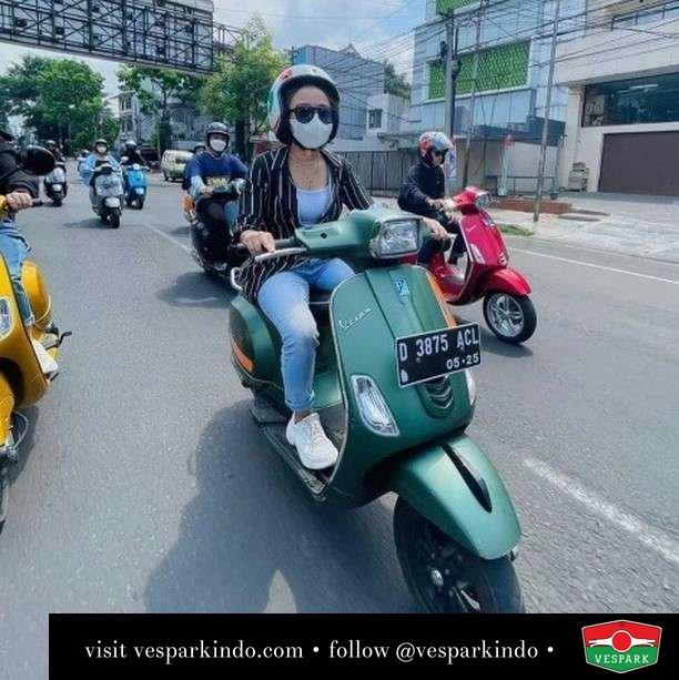 Ride Vespa S girl   Live More Ride Vespa Saatnya anda miliki scooter matic legendaris Vespa!  Geser untuk lihat Vespa S terbaru dan genuine aksesoris Vespa @vesparkindo dan lihat sorotan utk paket promo aksesoris   Tersedia penawaran leasing/kredit menarik untuk semua tipe Vespa. Cek info di web, link di bio  Hubungi dealer resmi Vespark Piaggio Vespa Medan Sumut @vesparkindo untuk pesanan Medan, Aceh, Riau dan Sumut Dealer tetap buka selama liburan silakan WA 0815-21-595959 untuk appointment, jam buka dan DM utk brosur terbaru  Kunjungi: VESPARK: Piaggio Vespa 3S ShowPark Jln Prof HM Yamin No.16A (simpang Jln Jawa)  Medan Telp. 061-456-5454 Cek IG @vesparkindo    feature @didivfirly