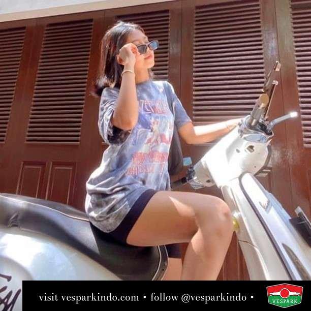 White Vespa Sprint girl   Live More Ride Vespa Saatnya anda miliki scooter matic legendaris Vespa!  Geser untuk lihat genuine aksesoris Vespa @vesparkindo dan lihat sorotan utk paket promo aksesoris   Tersedia penawaran leasing/kredit menarik untuk semua tipe Vespa. Cek info di web, link di bio  Hubungi dealer resmi Vespark Piaggio Vespa Medan Sumut @vesparkindo untuk pesanan Medan, Aceh, Riau dan Sumut Dealer tetap buka selama liburan silakan WA 0815-21-595959 untuk appointment, jam buka dan DM utk brosur terbaru  Kunjungi: VESPARK: Piaggio Vespa 3S ShowPark Jln Prof HM Yamin No.16A (simpang Jln Jawa)  Medan Telp. 061-456-5454 Cek IG @vesparkindo   feature @funvanni