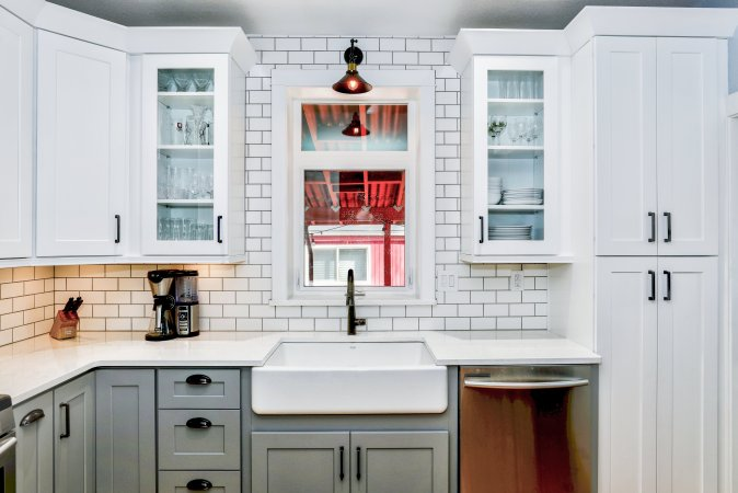 Farmhouse kitchens are very inviting and cozy. They are full of charm and often have subway tile backsplash.