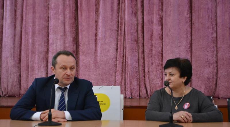 Директор ШУ Терновское Василий Снигур и директор Павлоградской школы № 9 Алиса Рябова