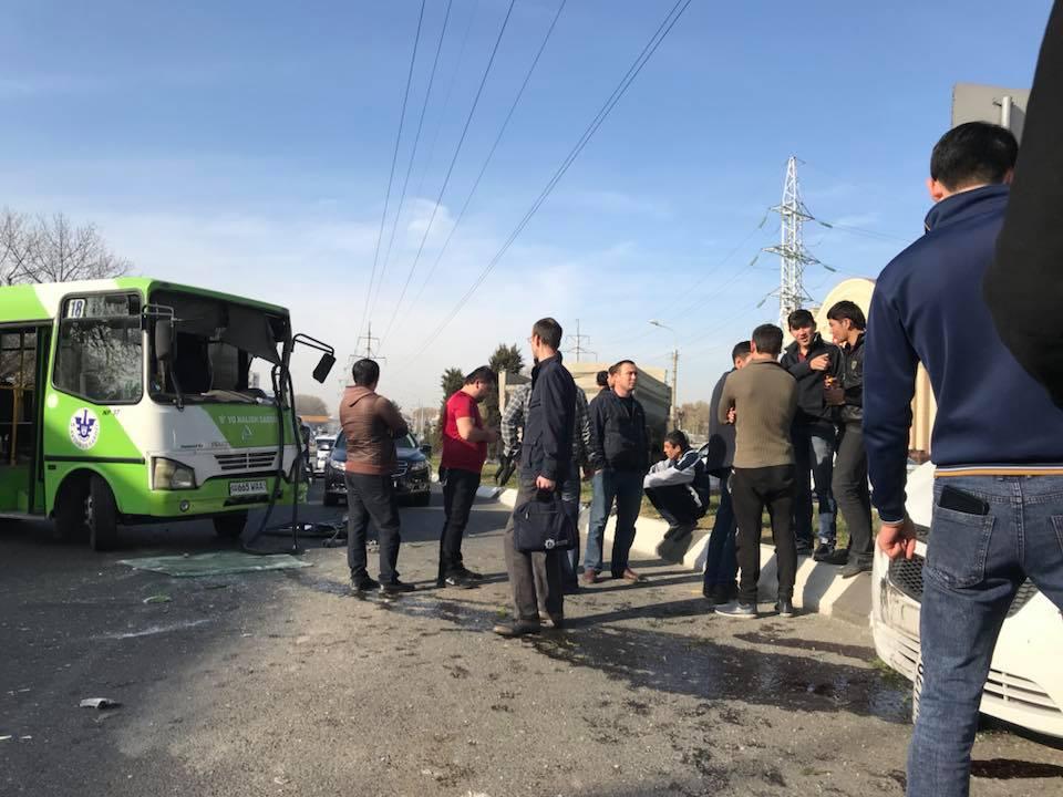 В Ташкенте грузовик протаранил шесть легковушек и автобус