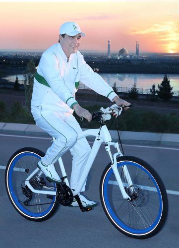 Туркменский президент добрался до работы на велосипеде