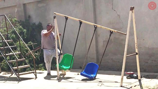 Самаркандский торгаш разрушил детскую площадку