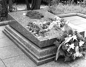 Бандеровские мародеры осквернили могилу легендарного разведчика