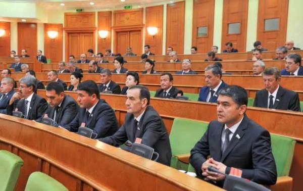 Мирзиёев призвал сенаторов снять галстуки и езжать в регионы