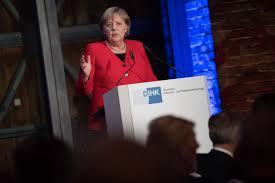 Меркель рухнула на колени на сцене в Берлине