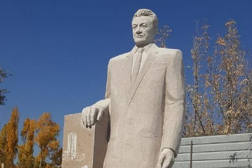Памятник Кунаеву на родине назвали пародией