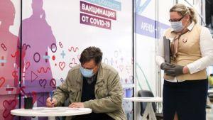 Сенаторы одобрили недопуск к работе непривитых узбекистанцев