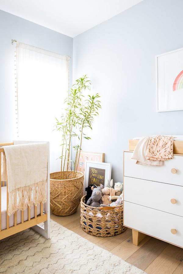 quarto de bebê com parede azul vestida de mae