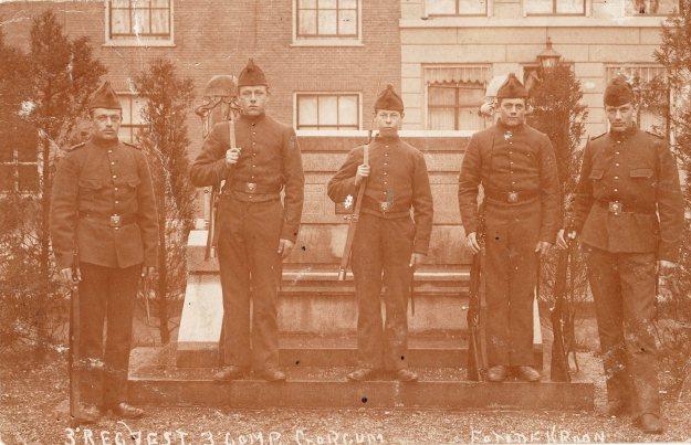 Boldinghbank met 5 soldaten
