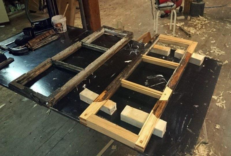 Bilde av prosessen av vindustrestaurering. En ferdigrestaurert ramme og en som skal restaureres. Viser forskjellen mellom gammelt og nytt.