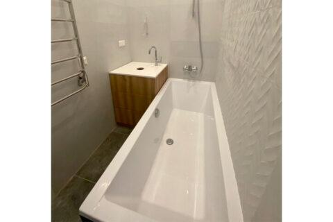 wihte bathroom with bathtube