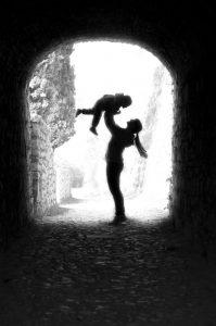 Fordi barnet ditt er veldig nært deg, føles det mye mer meningsfullt å hjelpe det, enn å hjelpe fremmede.