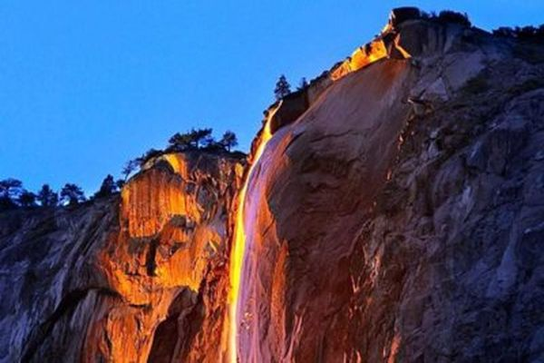 В американском Йосемитском национальном парке водопад превратился в огненный поток