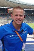 Portraitfoto von Tim Tersluisen in blauem Poloshirt im Olympiastadion Berlin