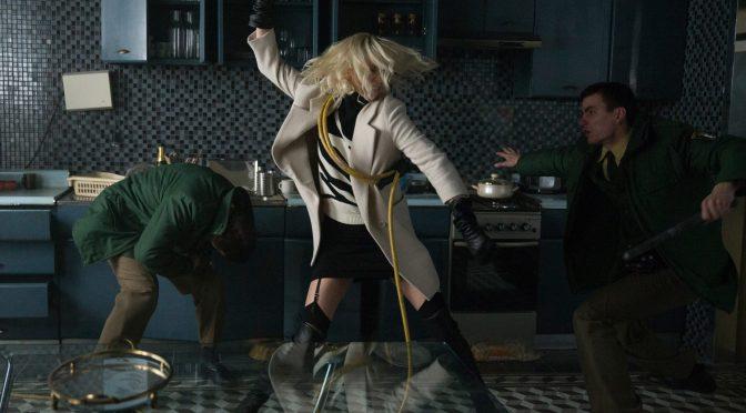 """<span class=""""entry-title-primary"""">El brutal nuevo tráiler de Atómica tiene a Charlize Theron pateando traseros</span> <span class=""""entry-subtitle"""">Es como estar viendo a John Wick en su letal y sensual versión femenina</span>"""