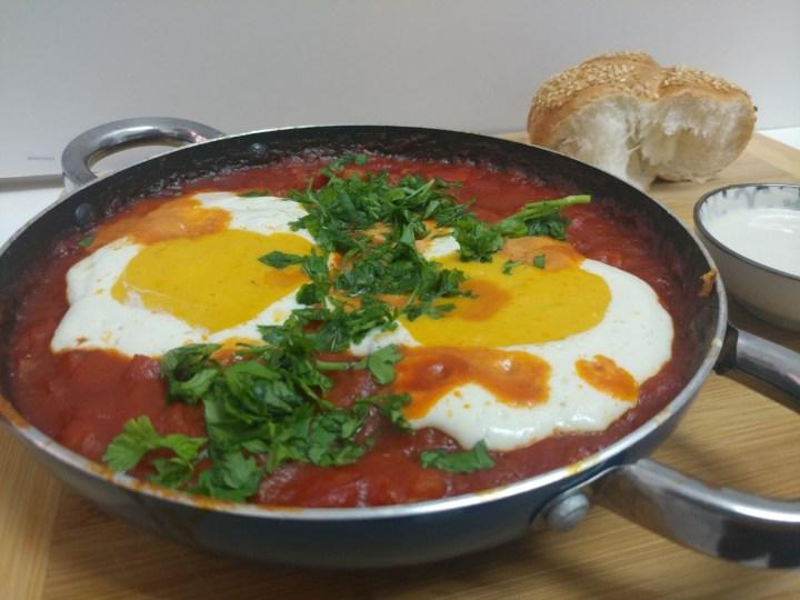 שקשוקה עם ביצים טבעוניות קלות להכנה