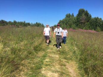 Melkein perillä. Kävelijät saapumassa Haukkasaareen kyläjuhlille.