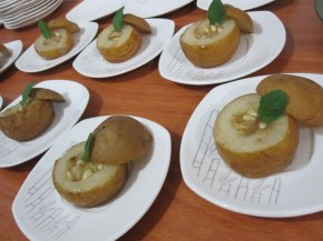 Postres de pera asiatica al vapor, rellenas de canela, gengibre, miel y piñones Steamed Asian pears filled with cinnamon, ginger, honey and pine nuts