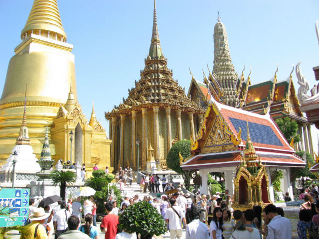 O Wat Phra Kaew (Capela Real), que fica ao lado do Grande Palácio, é um dos principais atrativos turísticos de Bangcoc