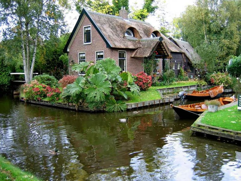Muitas das residências que existem hoje em Giethoorn são antigas casas rurais do século 18.