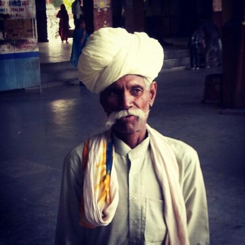 Um cara com muito estilo na rodoviária de Pushkar, na Índia