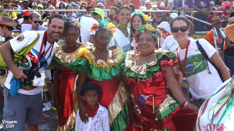 Eu o Esteban no meio dos alegres colombianos