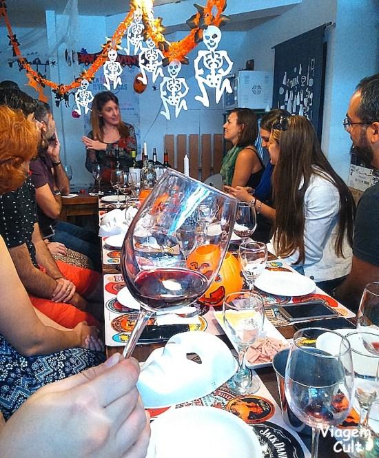 A Claudia está na ponta da mesa e eles nos receberam com decoração de Halloween