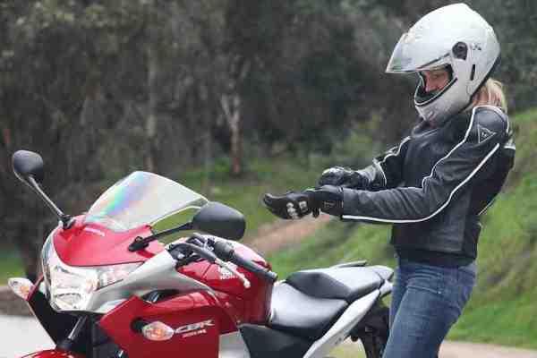 Como andar de moto - passo a passo - Vestindo as luvas