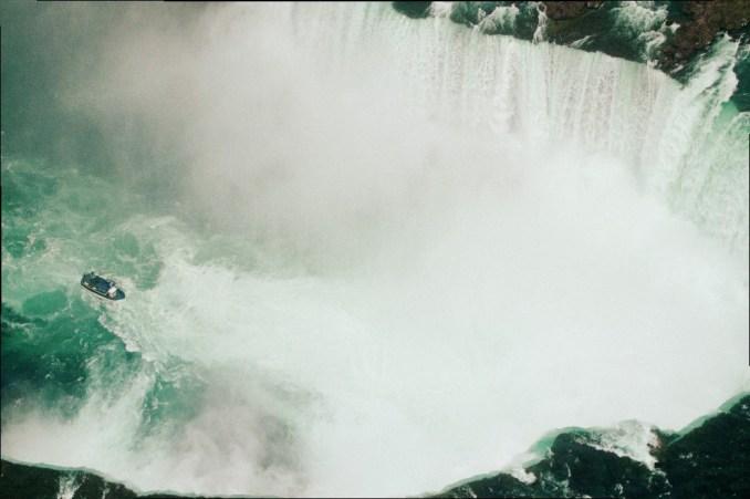 Localizadas a 1h30 de Toronto, as Cataratas servem como destino para viagens rápidas de um dia que costumam deixar visitantes atônitos por semanas, sobretudo após voos de helicóptero (foto: Eduardo Vessoni)