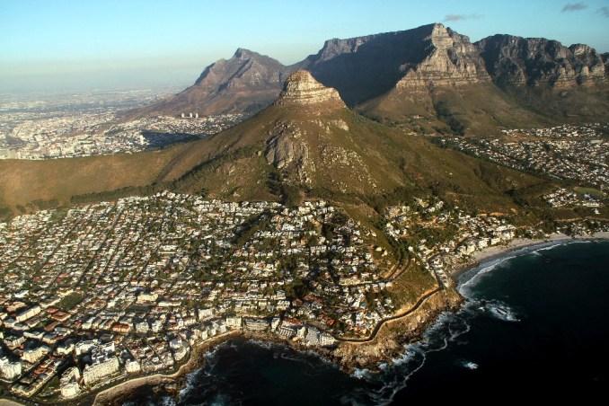 Cidade do Cabo, na África do Sul, vista durante voo panorâmico de helicóptero. SAIBA MAIS (foto: Eduardo Vessoni)