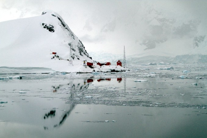 Vista da Almirante Brown, base científica argentina, em Paradise Harbour, na Antártica (foto: Eduardo Vessoni)