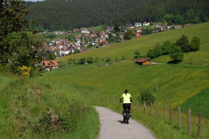 Passeios com bicicleta elétrica podem ser feitos em Baiersbronn, na Floresta Negra, na Alemanha